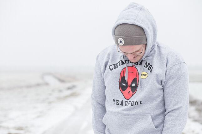 Ein grauer Hoodie? Nein. Dieser Deadpool Pulli ist viel mehr!